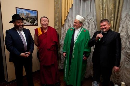 אנשי הדתות השונות באירקוצק בביקור של כבוד בבית הכנסת