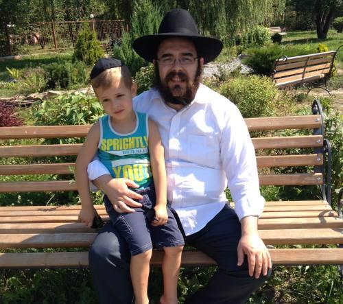 הרב שלום גופין עם ילד שאמו וסבתו נהרגו בהפצצה בלוגנסק