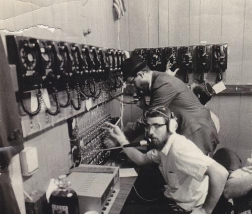 התחלה צנועה. חדר השידורים בתחילת שנות השבעים. צילום: JEM/The Living Archive