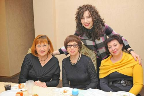כותבת השורות עם נשים בפעילות חנוכה בלוגנסק