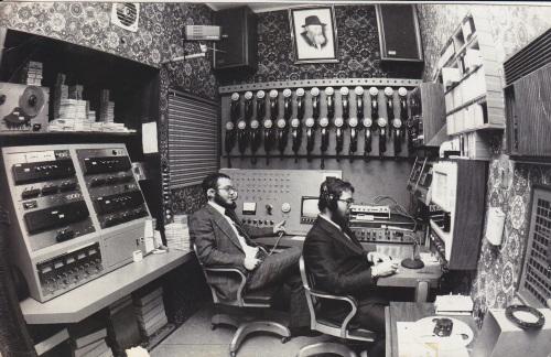 חוצה גבולות. חדר השידורים בסוף שנות השבעים. צילום: JEM/The Living Archive