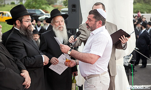 Zylberbord, a longtime supporter of Chabad, recites a blessing at the wedding. At the far left is Vishedski, chief rabbi and co-director of Chabad-Lubavitch of Donetsk; next to him is his father-in-law, Rabbi Eli Zilbershtrom.