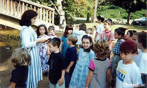 An older photo of one of Atlanta Chabad's children's programs.