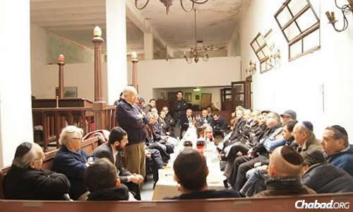The former president of the Republic of Uruguay, Dr. Jorge Batlle, speaking at a Chabad lunch and learn program in Montevideo.
