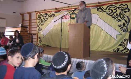 Steiglitz speaking to children about the importance of keeping shemittah. (Photo: Yaakov Nahumi/Behadrey Haredim)
