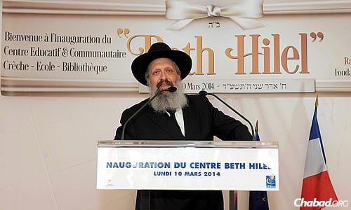 Rabbi Yoseph Y. Pevzner, who succeeded his father at the helm of the Sinai Schools, addressed the audience at the opening ceremony for the newest campus. (Benams Photo)