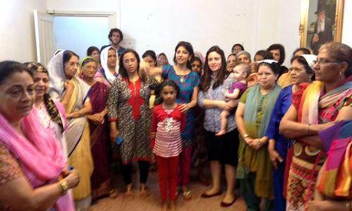 חיה עם נשות הקהילה המקומית