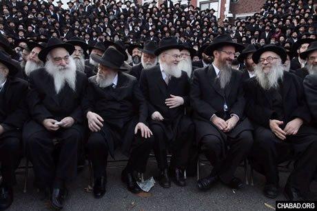 Des émissaires du Rabbi de Loubavitch rient alors qu'ils attendent une photo de groupe devant le quartier général mondial du mouvement 'Habad-Loubavitch.