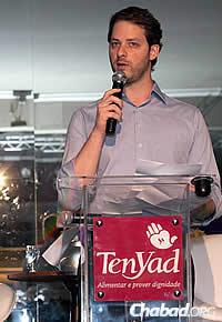 Victor Metta, a Ten Yad Young Professionals committee member, spoke at the event.