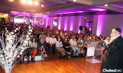 """Rabbi Dovid Weitman—head of the """"Ten Yad"""" organization, founder of Chabad Morumbi and Chief Rabbi of Sephardi Congregation Beit Jaacob Safra—addressed more than 1,000 young Jewish professionals at an event in September."""