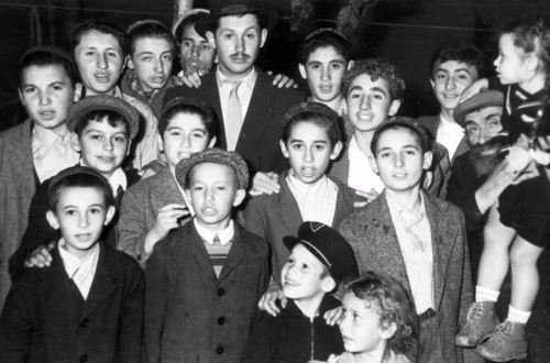 """קבוצת ילדים יהודיים בסמרקנדבסוף שנות היודי""""ם - שנות החמישים."""