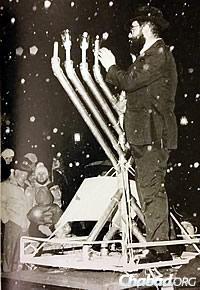 Rabbi M. Hurwitz in Harrisburg, Pa., lighting a menorah on a car roof, 1987.