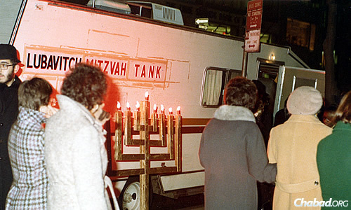The earliest menorahs were crude, made using two-by-fours with a cinder block for a base. (Photo: Lubavitch Youth Organization Archives)