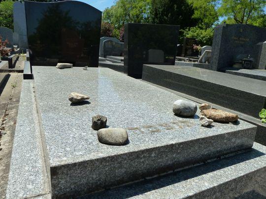 Bagneux_cimetiere_parisien_Pebbles_on_Jewish_gravestone.JPG