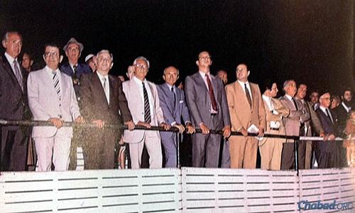Argentine dignitaries watch the public menorah-lighting in 1986.