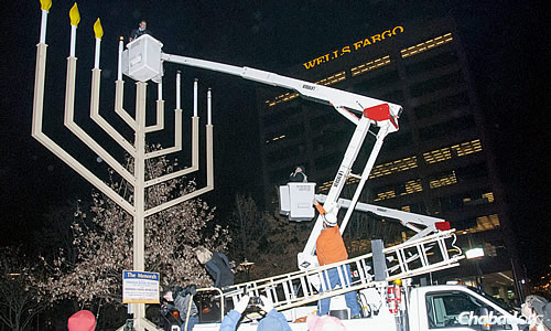 Rabbi Abraham Shemtov on the right in the cherry picker, assisted in the candle-lighting by Ruben Amaro Jr., general manager of the Philadelphia Phillies on the left. (Photo: Cindy Monyek)