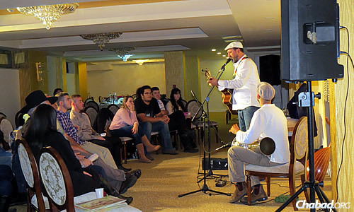 The newest couple at Chabad Lyubavitsh of Romania—Rabbi Dovber and Fraidy Orgad—hosted a welcoming event in November featuring Israeli actor Golan Azulay, who spoke about his journey to becoming religious.