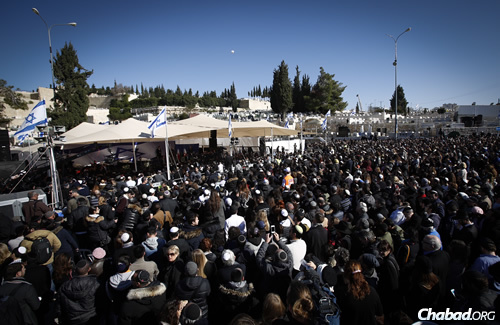 Thousands from around Israel gathered at the Har Hamenuchot cemetery in Jerusalem for the burial of the four men slain by a terrorist in Paris. (Photo: Yonatan Sindel/Flash90)