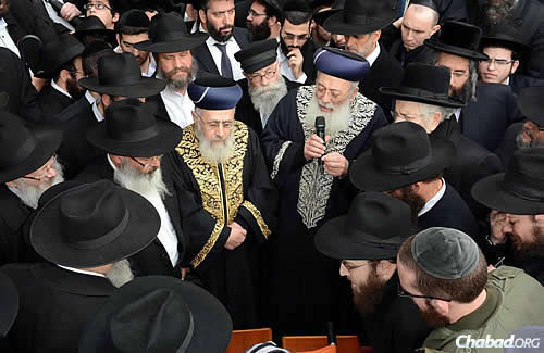 In the center are Rabbi Yitzhak Yosef, chief Sephardi rabbi of Israel, and holding the microphone, Rabbi Shlomo Amar, Sephardic chief rabbi of Jerusalem. (Photo: JDN)