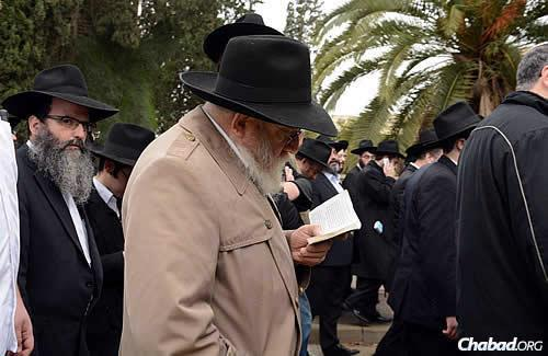 Prayers reverberated for Rabbi Ashkenazi, 71, who led Kfar Chabad for 40 years. (Photo: JDN)
