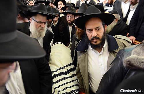 Rabbi Yochanan Gurary, chief rabbi of Holon and representing the Beth Din of Chabad Rabbis, declared the late rabbi's eldest son, Rabbi Meir Ashkenazi, the new rabbi of Kfar Chabad. (Photo: JDN)