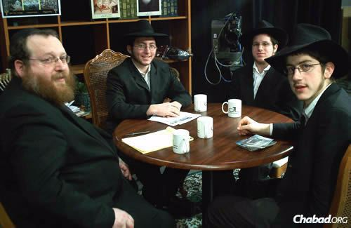 Katzman speaks with yeshivah students who traveled during Passover and over the summer to visit and offer assistance to Chabad centers in India, Ukraine and Siberia. From left are Mendy Wilansky, Noach Majesky and Arele Teleshevsky.
