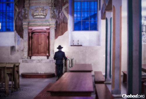 """תפילה בבית הכנסת """"קופה"""". צילום: קליפורד לסר"""