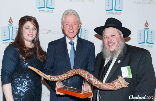 Clinton with head of school Sarah Rotenstreich and Rabbi Naftali Rotenstreich, executive director of the Chabad Center for Jewish Discovery (Photo: Pako Dominguez)