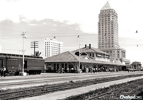 In 1960, the Florida East Coast Railway station, with the Dade County Courthouse in the background, was still a very busy place. (Photo: Copyrighted by and courtesy of the Bramson Archive, Miami)