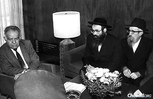 Glitzenshtein, right, conversing with Yitzhak Shamir, left, former prime minister of Israel, and longtime friend and colleague Rabbi Tuvia Blau.