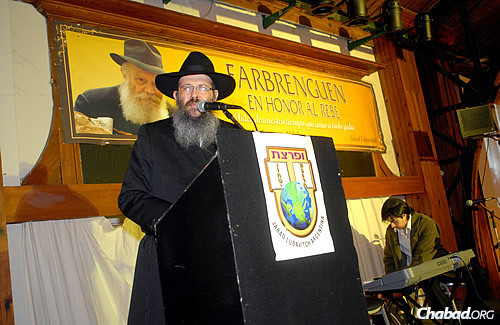 Grunblatt addresses a crowd at a central community gathering in Buenos Aires in honor of the Rebbe.