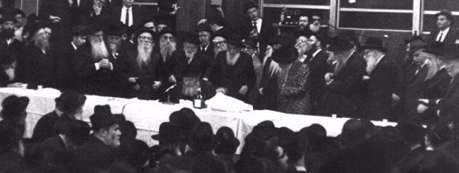 """Le Rabbi de Loubavitch prononçant une profonde dissertation 'hassidique appelée """"maamar""""."""