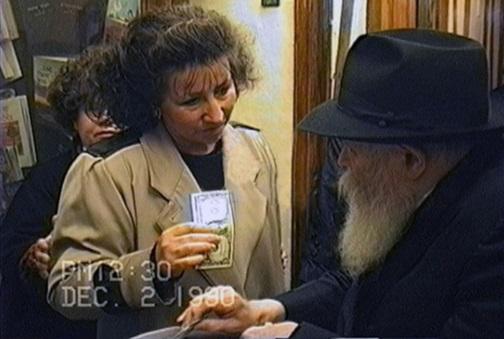 מרים קריצבסקי מקבלת ברכה ודולר לצדקה מהרבי.