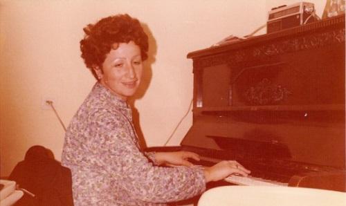 מירה מנגנת בפסנתר