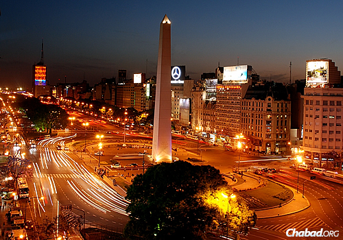 """Like this area near the """"Obelisk Buenos Aires,"""" the Jewish community in the neighborhood of Once, which is home to Chabad-Lubavitch of Argentina's headquarters, buzzes with life. (Photo: WikiMedia Commons)"""