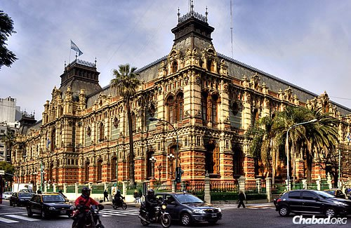 "The ""Palace of Running Water"" (""Palacio de Aguas Corrientes""), also called the Water Works Building, on Córdoba Avenue in Buenos Aires. (Photo: WikiMedia Commons)"