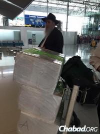 Rabbi Moshe Kotlarsky arrives in Nepal.