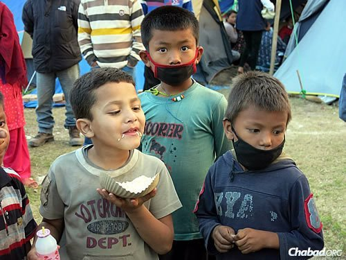 Children enjoy a meal and seem to keep up their spirits. (Photo: David Karsenty/Chabad of Nepal)
