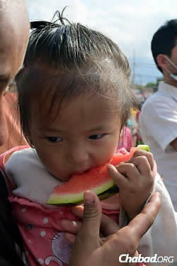 The Chabad House in Kathmandu has managed to get fruit and other food to those who need it. (Photo: Chabad.org/Nepal)