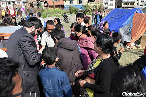 People line up for nourishment after almost a week of increasing hardship. (Photo: Chabad.org/Nepal)