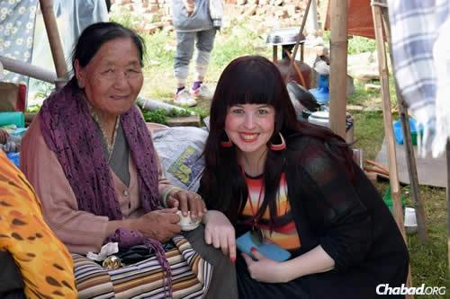 Chani Lifshitz, co-director of Chabad of Nepal with her husband, Rabbi Chezky Lifshitz, spends time comforting an older woman affected by the devastating losses. (Photo: Chabad.org/Nepal)