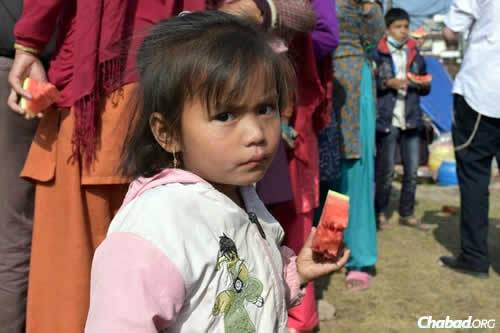 Thousands of men, women and children have been left unclothed without the most basic necessities. (Photo: Chabad.org/Nepal)