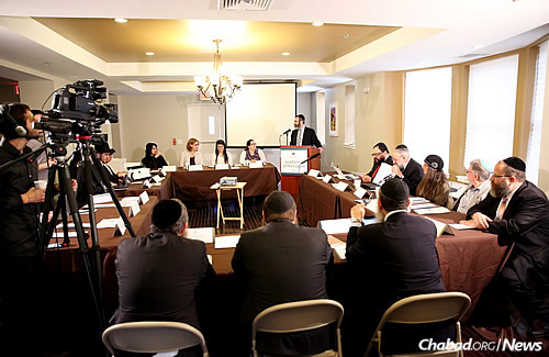 Rabbi Levi Haskelevich, campus rabbi at Lubavitch House at Penn, offers opening remarks to those assembled for some heavy-duty thinking on a recent Sunday morning. (Photo: Bentzi Sasson)