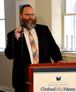 Rabbi Dubi Rabinowitz, director of the Sinai Scholars Society, extends greetings to participants. (Photo: Bentzi Sasson)