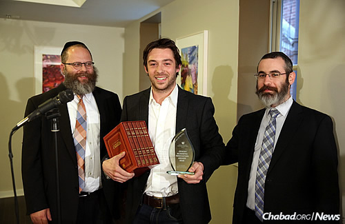 Rabinowitz, left, and Haskelevich present winner Sam Venis with the Jewish Academic Innovation Award. (Photo: Bentzi Sasson)