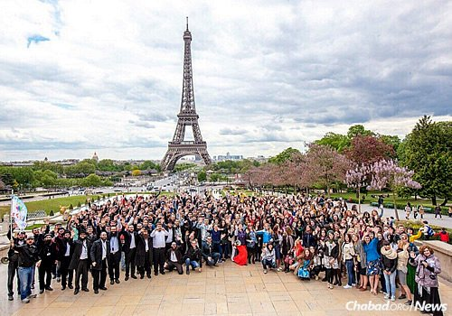 "Some 500 young Russian Jews and their community leaders pose in Paris with the Eiffel Tower in the background on the third annual ""Eurostars"" trip to Europe. (Photo: Eli Itkin)"