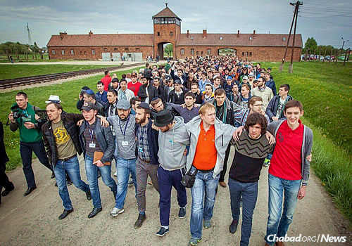 Marching away from Auschwitz after an emotional visit—a visible sign that Jewish life has overcome a place of death. (Photo: Eli Itkin)