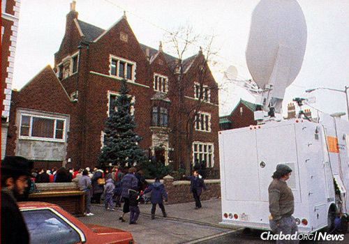 At the time, satellite technology was new and expensive. Here, a truck with a dish sits parked outside Lubavitch World Headquarters at 770 Eastern Parkway in Brooklyn. (JEM Photo)