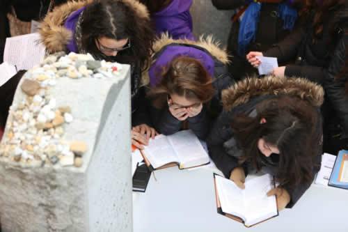Recueillement et prière au Ohel du Rabbi