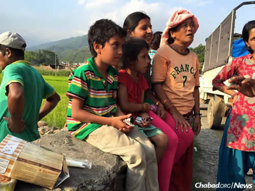 Children await the convoy of goods to arrive. (Photo: Chabad of Nepal)